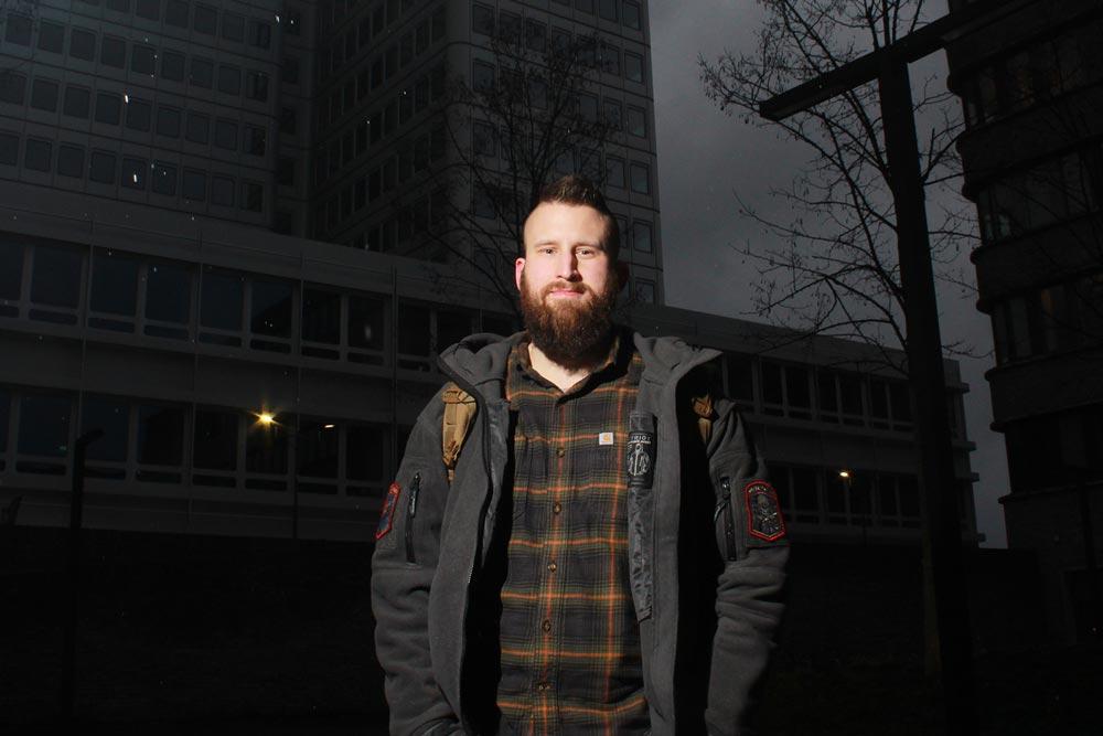 Ein IT Mitarbeiter der DRV Bund steht vor einem Dienstgebäude der DRV Bund.
