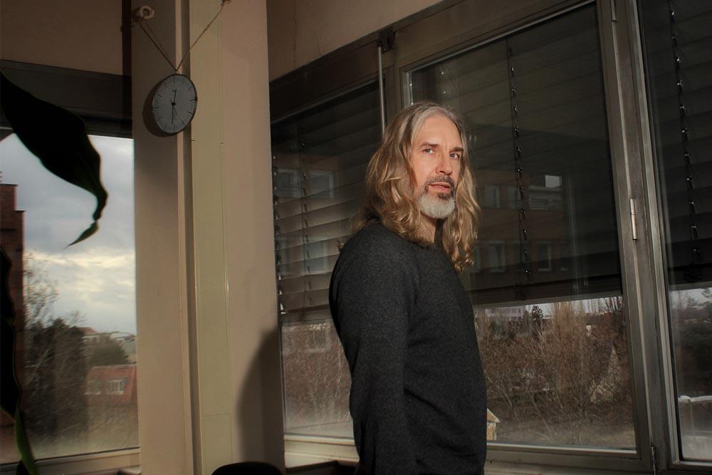 Ein IT Mitarbeiter der DRV Bund steht in einem Büro eines Dienstgebäudes.