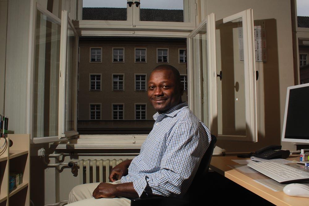 Ein IT Mitarbeiter der DRV Bund sitzt in einem Büro eines Dienstgebäudes.